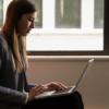 ノートパソコンを使う女性会社員