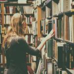 本屋にいる女性