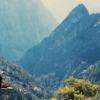 山で瞑想する女性