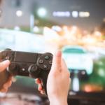 PS4で遊ぶ女性